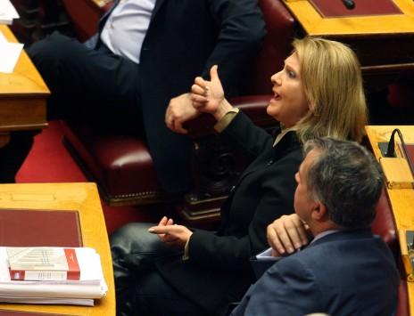 Μαλλιοτράβηγμα Βούλτεψη - Ραχήλ Μακρή στη Βουλή....