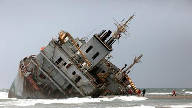 Βυθίστηκε πλοίο με λαθρομετανάστες – Τουλάχιστον 45 νεκροί
