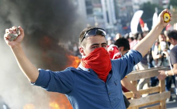 Εκτός ελέγχου η κρίση στην Τουρκία. Ρεμάλια και πλιατσικολόγους αποκάλεσε τους διαδηλωτές ο Ερντογάν.