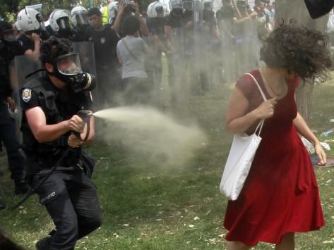Το σύμβολο της Τουρκίας: Σεϊντά Σουνγκούρ: Αυτή είναι η γυναίκα με το κόκκινο φόρεμα, σύμβολο της τουρκικής εξέγερσης