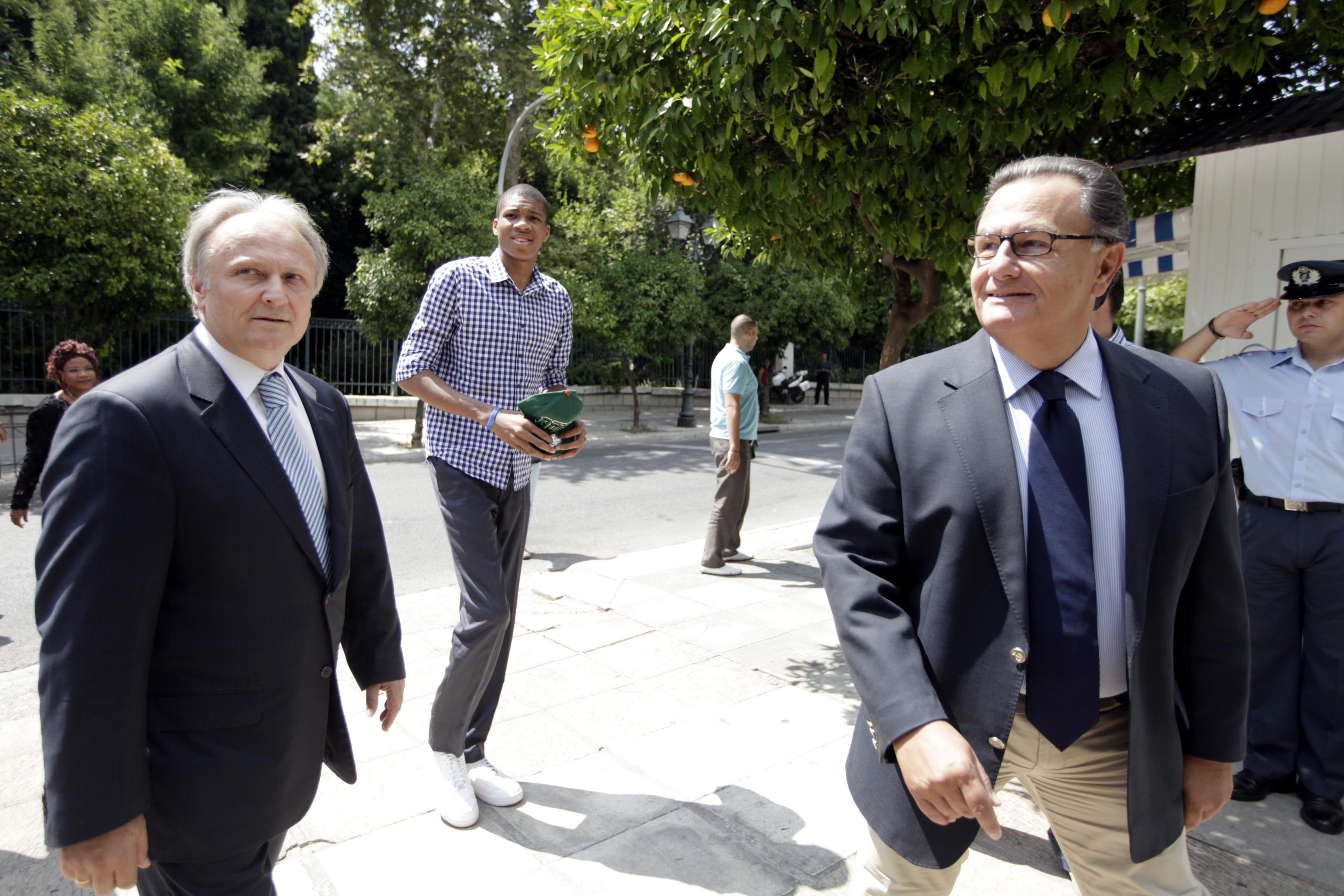 Ο Πάνος Παναγιωτόπουλος και ο Γιάννης Αδριανός συνόδευσαν τον Γιάννη Αντετοκούμπο.