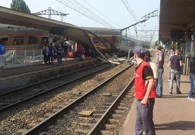 Βαγόνια του συρμού έπεσαν πάνω στο σταθμό