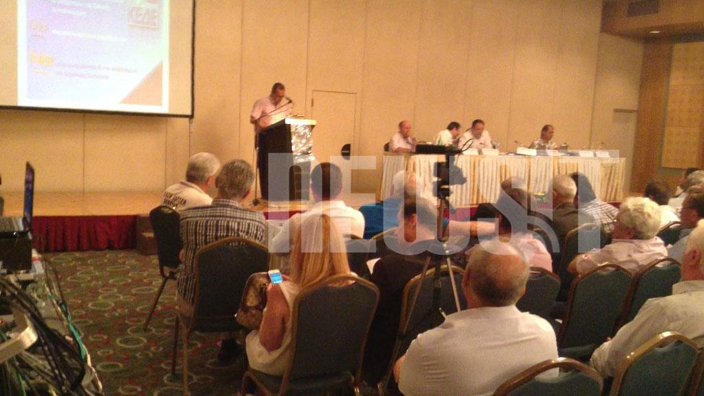 Ο πρόεδρος της ΠΟΕ ΟΤΑ Θέμης Μπαλασόπουλος μιλάει στη συνέλευση της ΚΕΔΕ - ΦΩΤΟ NEWSIT