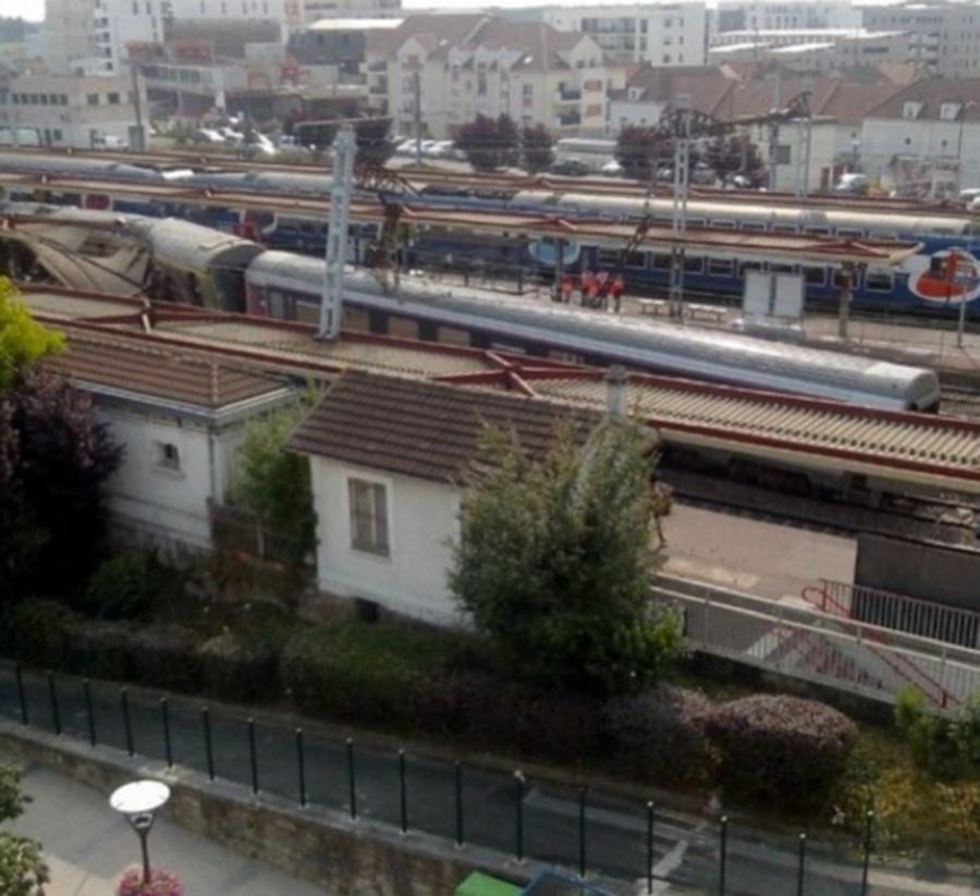 Το τρένο κόπηκε στα δυο για άγνωστο λόγο