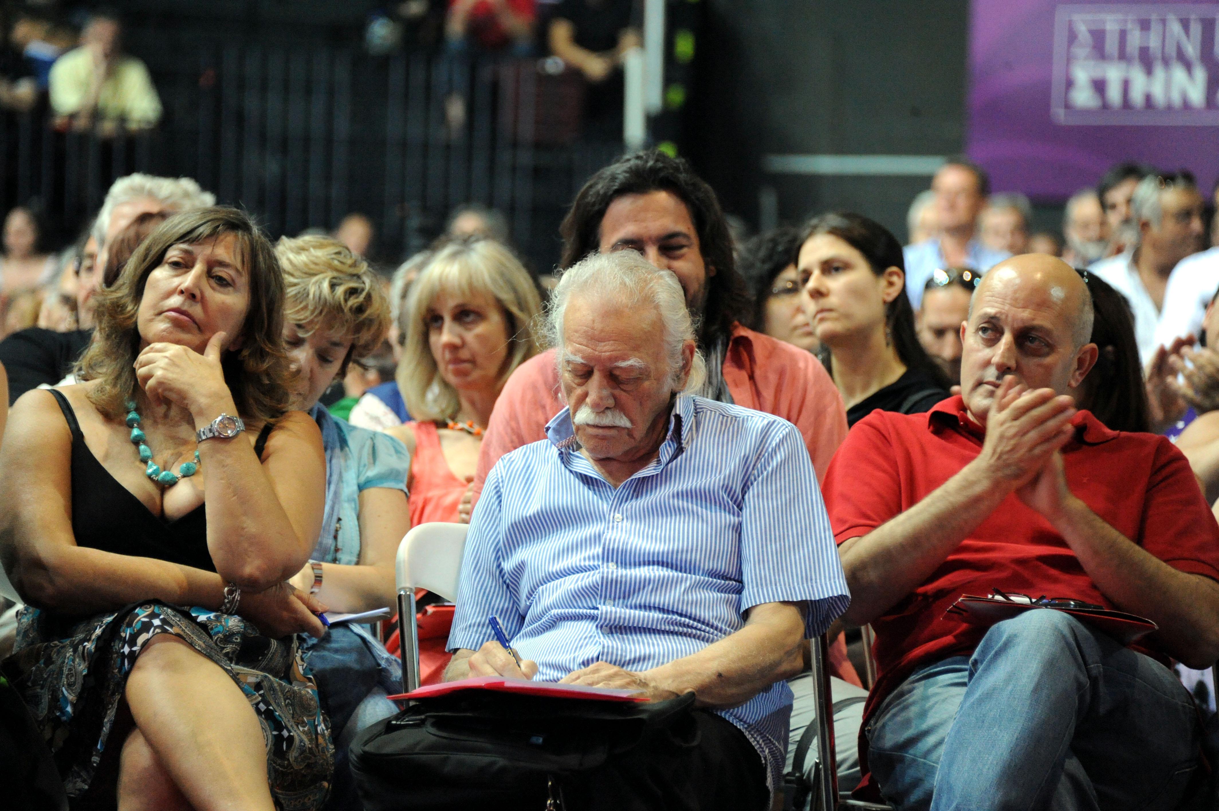 Ο Μανώλης Γλέζος κρατά σημειώσεις ενώ ο Αλέξης Τσίπρας μιλά στο συνέδριο του ΣΥΡΙΖΑ - ΦΩΤΟ EUROKINISSi