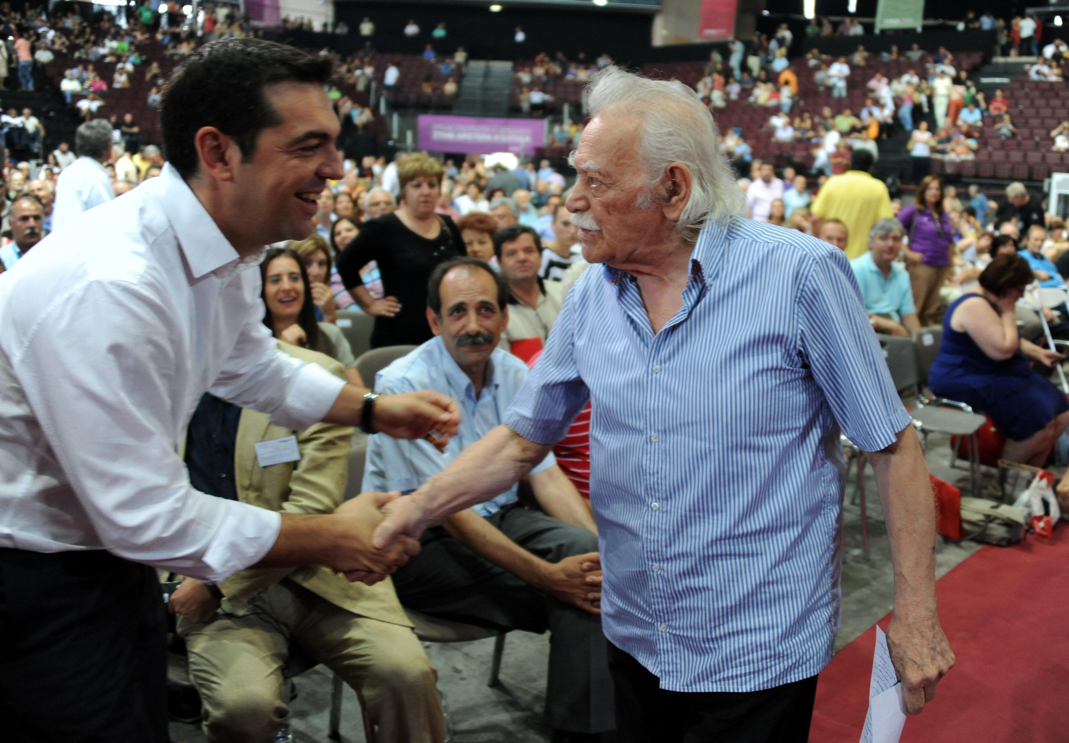 Όταν ο επικεφαλής του ΣΥΡΙΖΑ τελείωσε την ομιλία του, έσπευσε να χαιρετίσει τον Μανώλη Γλέζο - ΦΩΤΟ EUROKINISSI