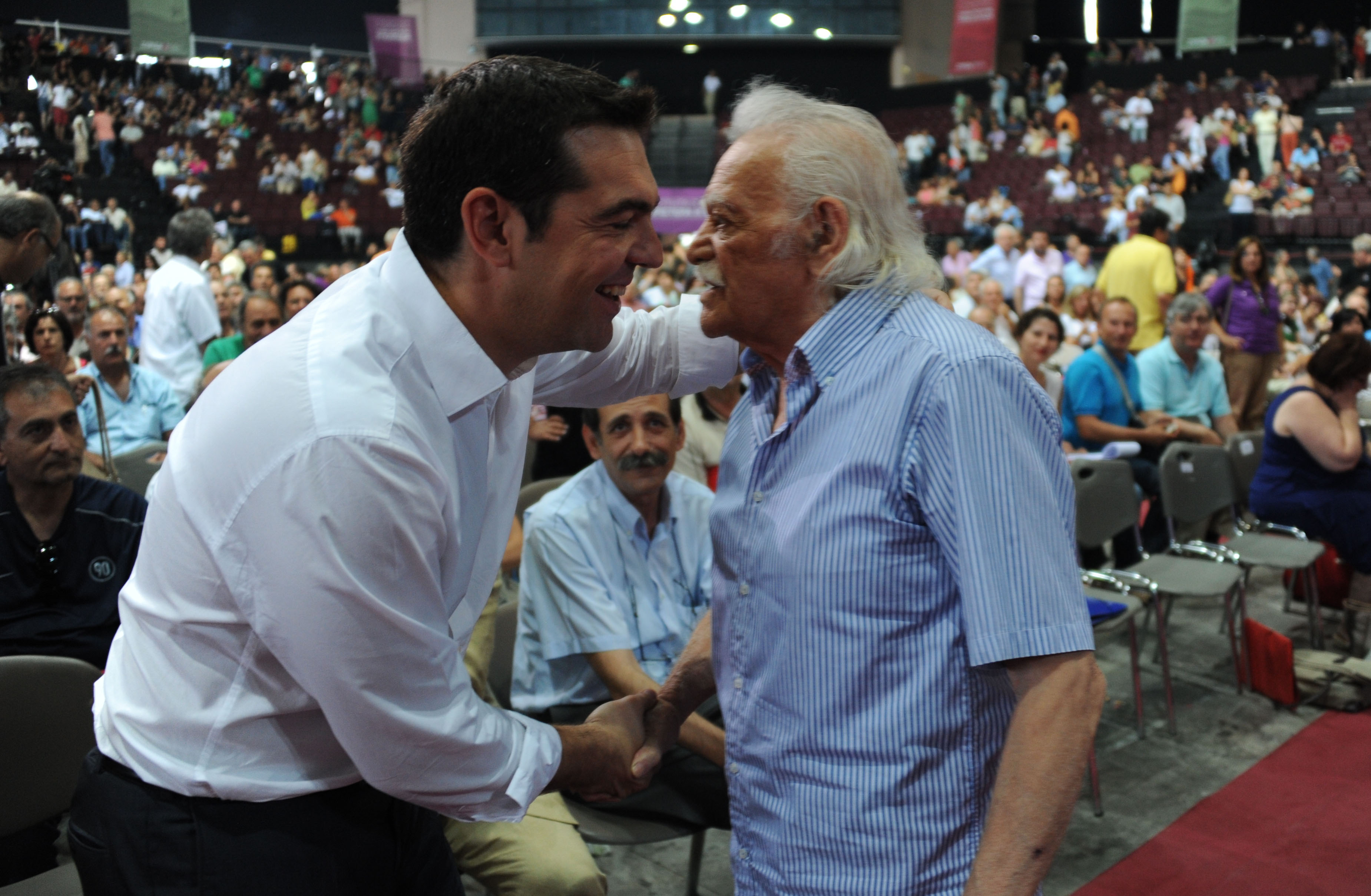 Ο Μανώλης Γλέζος είχε θερμή χειραψία με τον Αλέξη Τσίπρα - ΦΩΤΟ EUROKINISSI