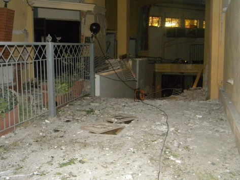 Η βόμβα στη Λάρισα στην είσοδο πολυκατοικίας κατέστρεψε ολοσχερώς 50 διαμερίσματα!!!! (φώτο)