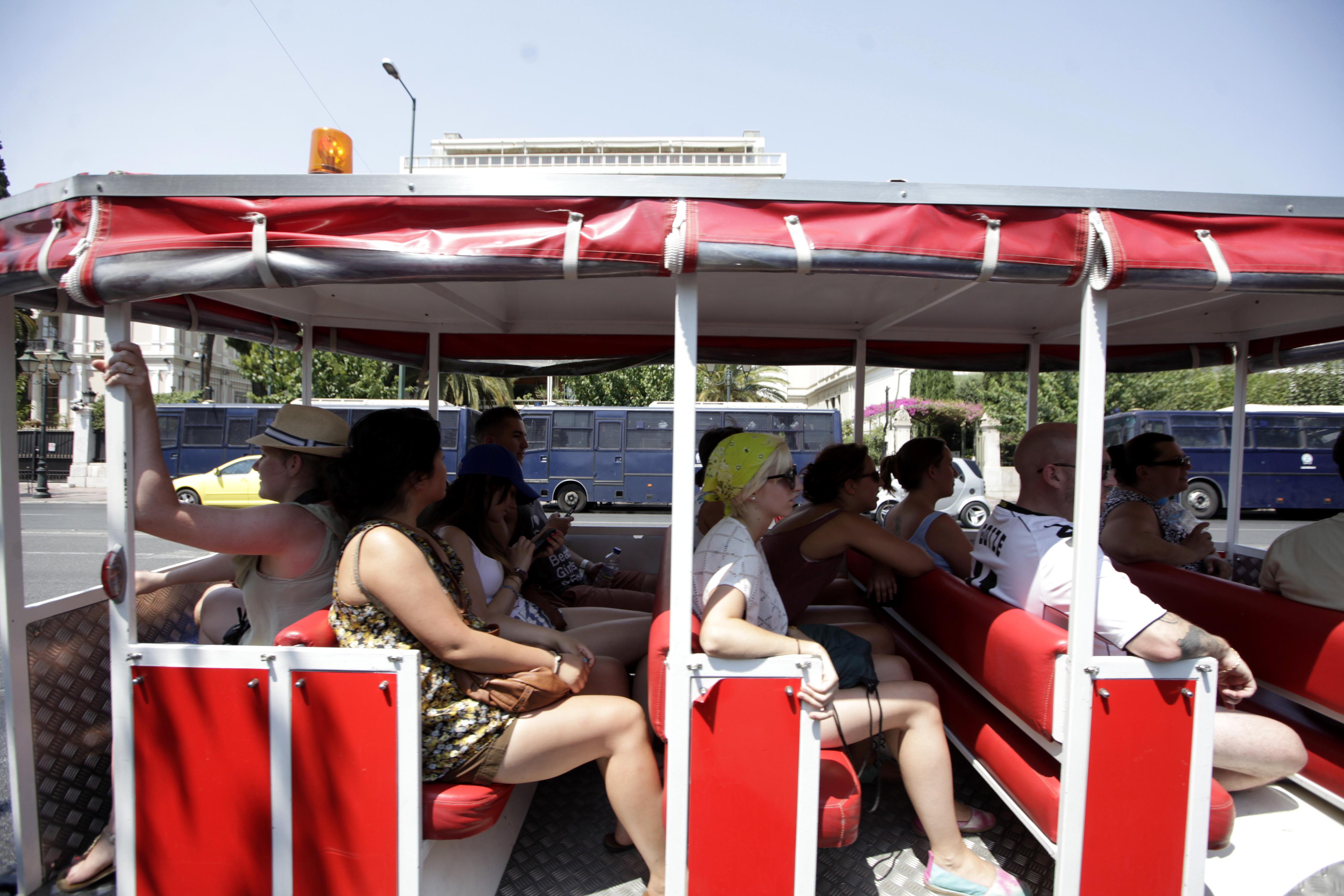 Αποτέλεσμα εικόνας για τουρίστας στην Αθήνα