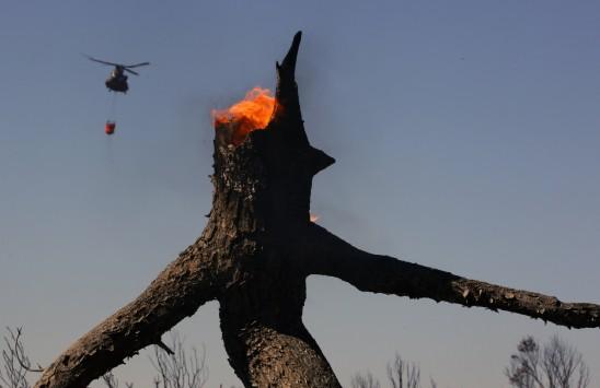 Οι συγκλονιστικές εικόνες από την Ελλάδα που καίγεται κάνουν τον γύρο του κόσμου....!