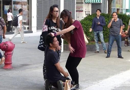 Απατημένη γυναίκα τιμωρεί με... χαστούκια τον σύντροφό της στη μέση του δρόμου! (VIDEO)