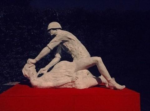 Σάλος με το γλυπτό που παριστάνει έναν σοβιετικό στρατιώτη να βιάζει έγκυο γυναίκα!