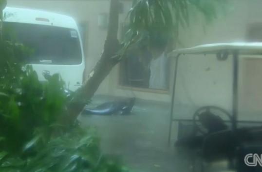 Η στιγμή που ο τυφώνας Χαϊγιάν χτυπάει τις Φιλιππίνες (ΒΙΝΤΕΟ)