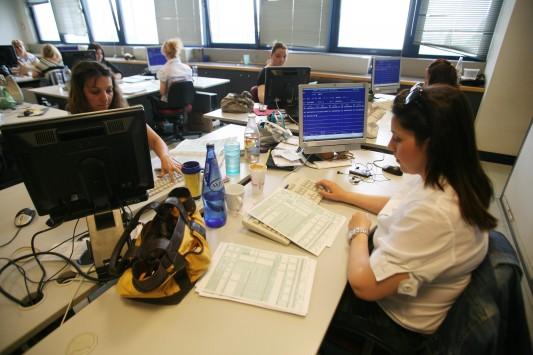 21.000 απολύσεις και διαθεσιμότητες στο Δημόσιο - Ιδιωτικές εταιρείες να αναλαμβάνουν καθαριότητα και φύλαξη κτιρίων