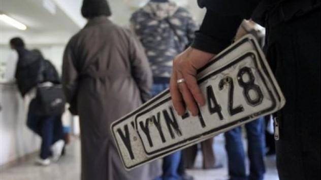 Κρήτη: Το αδιαχώρητο στις εφορίες για καταθέσεις πινακίδων - Δείτε το βίντεο!