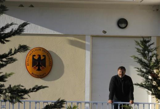 Καθαρά τα όπλα - Γάζωσαν το σπίτι του πρέσβη αλλά και την πίσω πολυκατοικία