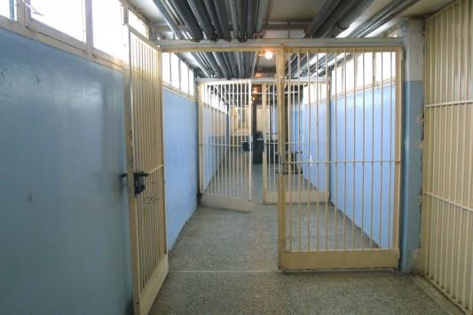 Τρίκαλα: Βαρυποινίτης έκρυβε κινητά σε πόρτα των φυλακών!