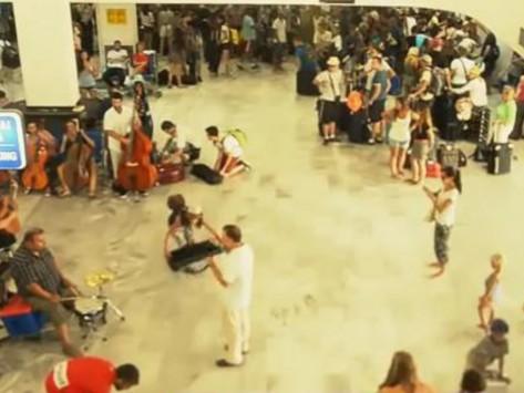 Ηράκλειο: Το... ιδιαίτερο αντίο στην Ελλάδα από Ισπανούς τουρίστες - Δείτε το βίντεο!