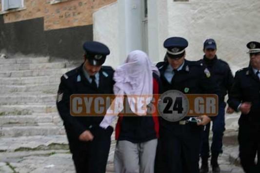 Σύρος: Ο Πακιστανός ''δράκος'' που σακάτεψε τη Μυρτώ ζητάει συγγνώμη - Αστυνομικοί συγκράτησαν την οργισμένη μητέρα της 17χρονης!