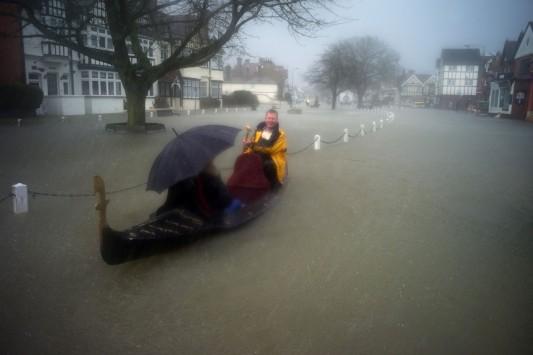 Βροχές ενός μήνα σε δυο μέρες περιμένει η Βρετανία! Συναγερμός στο Νησί