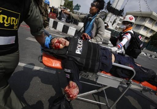 Συγκλονιστικές εικόνες από τις αιματηρές συγκρούσεις στην Ταϊλάνδη – Δυο νεκροί, δεκάδες τραυματίες