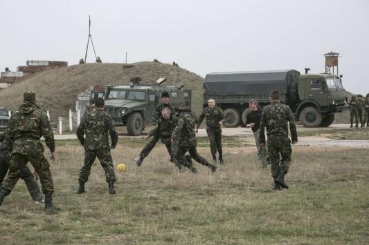 Ουκρανοί στρατιώτες παίζουν μπάλα, την ώρα των διαπραγματεύσεων με τους Ρώσους! (ΦΩΤΟ)