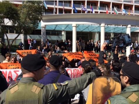 Θεσσαλονίκη: Ένταση ανάμεσα σε διαδηλωτές και ΜΑΤ στην παρέλαση - Δείτε τα βίντεο!