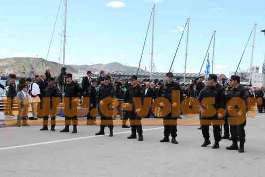 Βόλος: Οι πολίτες στα κάγκελα και οι πολιτικοί αποκλεισμένοι από αστυνομικούς στην παρέλαση - Φωτό!