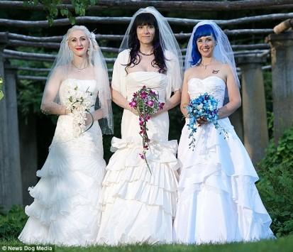 Αυτές οι τρείς γυναίκες παντρεύτηκαν μεταξύ τους και περιμένουν και παιδί!