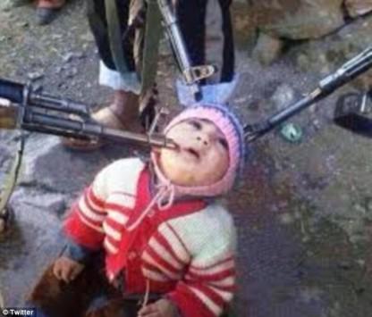 Ο νεότερος όμηρος της Συρίας – Εικόνα που σοκάρει: Βρέφος γονατισμένο στο έδαφος με τρία όπλα να το σημαδεύουν στο κεφάλι