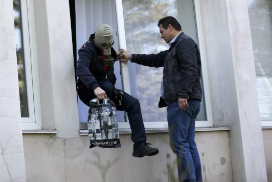 Χάος στη Μαριούπολη – Ο στρατός χτύπησε στο δημαρχείο με δηλητηριώδη αέρια – Λιπόθυμοι κάτοικοι και φιλορώσοι αντάρτες