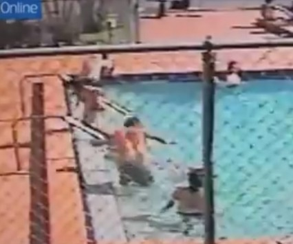 ΗΠΑ: Παιδιά έπαιζαν στην πισίνα και τα χτύπησε ηλεκτρικό ρεύμα! - Δείτε το συγκλονιστικό βίντεο