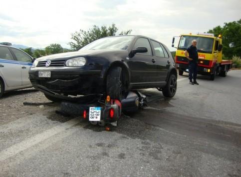 Μηχανή καρφώθηκε στις ρόδες αυτοκινήτου στην Καλαμπάκα! ΦΩΤΟ