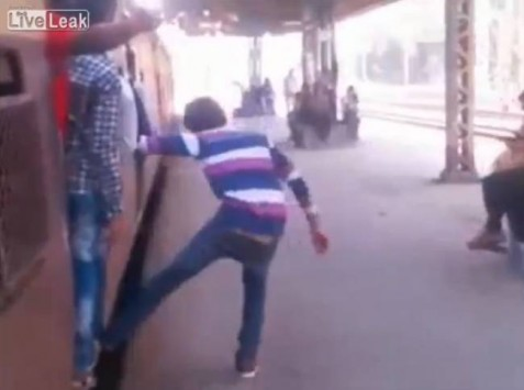 Φρικιαστικό δυστύχημα: Τρένο διαμέλισε Ινδό (video)