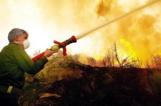 Σε εξέλιξη μεγάλη φωτιά στον Καρέα