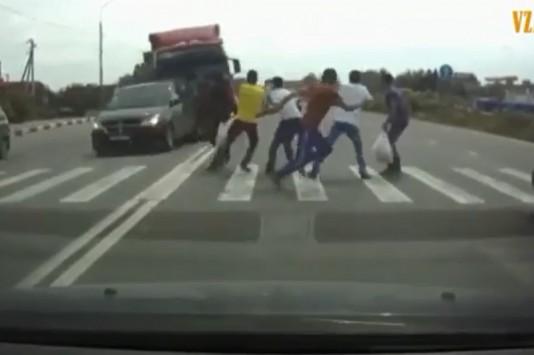 Συγκλονιστικό βίντεο: Νταλίκα παρασύρει 6 πεζούς και αυτοκίνητο!