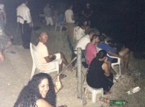 `Σινεμά` η... Γάζα! Σοκάρει η εικόνα Ισραηλινών που κάθονται σε ύψωμα και... απολαμβάνουν τις αεροπορικές επιδρομές κατά των Παλαιστινίων