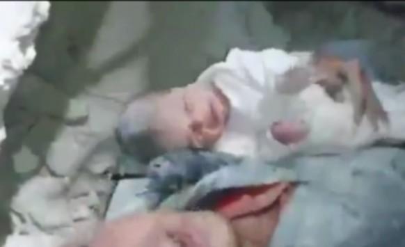 Αυτό είναι το θαύμα της ζωής! Βρέφος δύο μηνών κάτω από τα συντρίμμια μετά από βομβαρδισμό - Βίντεο που ραγίζει καρδιές