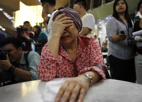 Τα δάκρυα... ποτάμι! Θρηνούν οι συγγενείς των θυμάτων της αεροπορικής τραγωδίας στην Ουκρανία (ΦΩΤΟ)