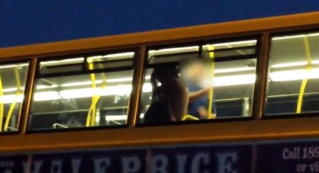 Σαπίζει γυναίκα στο ξύλο μέσα στο λεωφορείο! (video)
