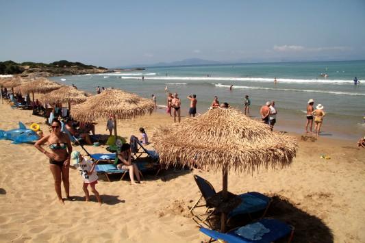 Επεκτείνεται το μέτρο των ανώτατων τιμών για εμφιαλωμένο νερό, καφέδες, τοστ στις οργανωμένες παραλίες