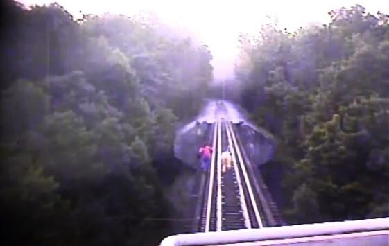 Απίστευτο VIDEO – Πέρασε το τρένο από πάνω τους κι έζησαν!