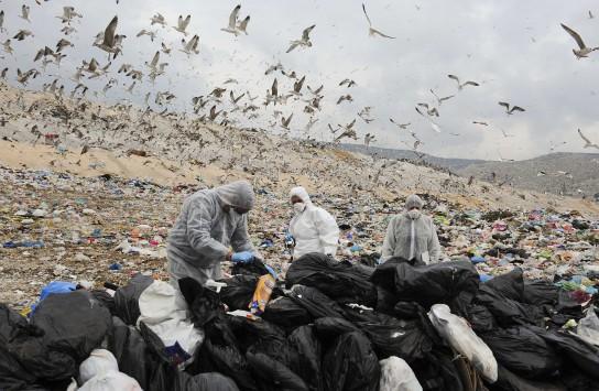 Θεσ/νίκη: Πετούσαν στερεά απόβλητα... έξω από την επιχείρησή τους