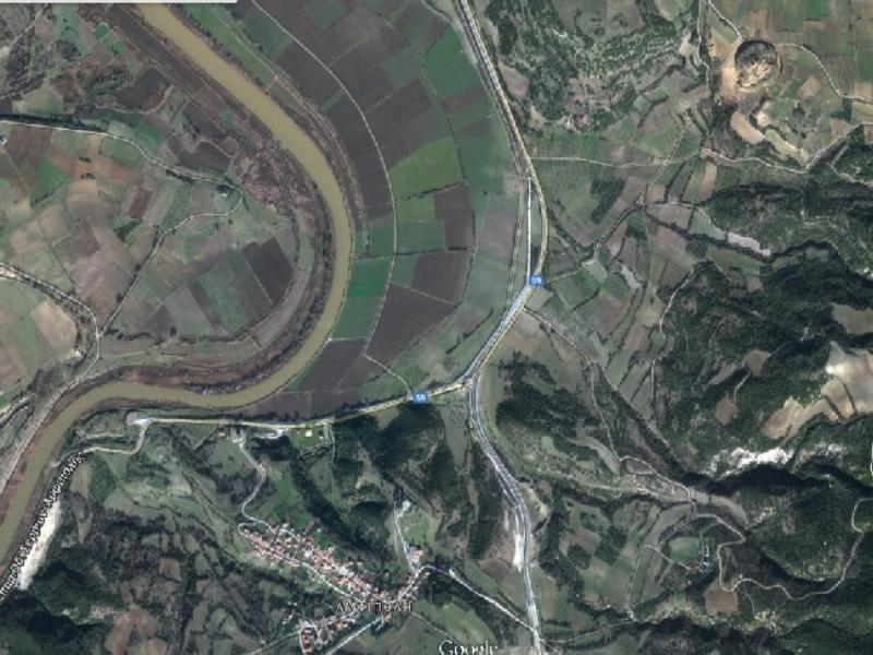 Ο χώρος των ανασκαφών διακρίνεται πάνω και δεξιά - Φωτό - Googlemaps