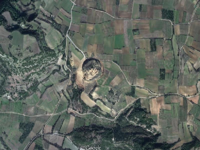 Ο αρχαίος τύμβος δεσπόζει στο κέντρο της φωτογραφίας - Φωτό - Googlemaps