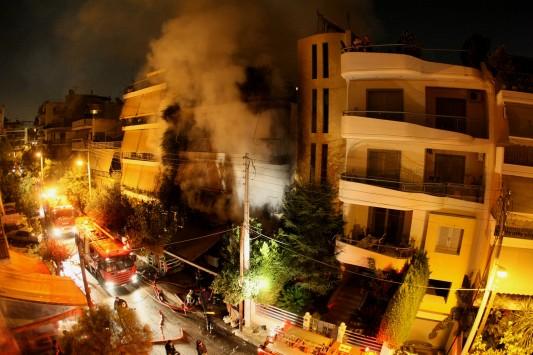 Πανικός στο Π. Φάληρο από επικίνδυνη πυρκαγιά με εκρήξεις - Πυροσβέστης μεταφέρεται στο νοσοκομείο χωρίς τις αισθήσεις του - Απεγκλώβισαν μία γυναίκα