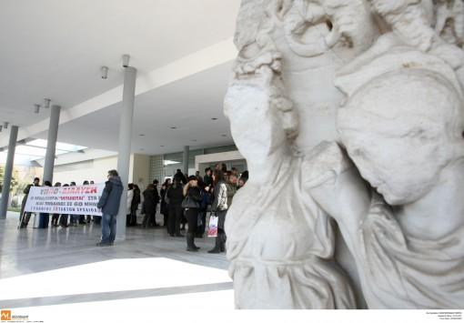 Θεσσαλονίκη: Διαμαρτυρία εκτάκτων αρχαιολόγων έξω από το Αρχαιολογικό Μουσείο