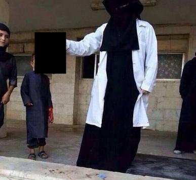 Σοκάρει 21χρονη τρομοκράτης που ποζάρει με ένα κεφάλι στο χέρι! (PHOTO)