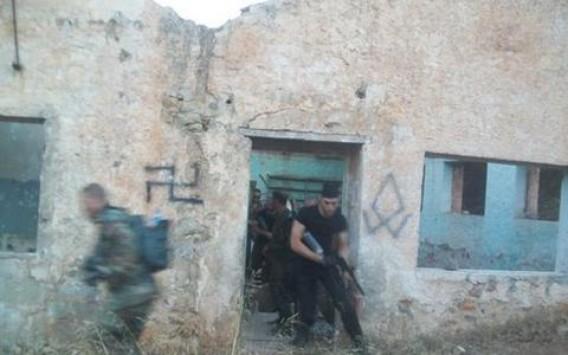 Νέες σοκαριστικές φωτογραφίες της Χρυσής Αυγής - Εκπαιδεύονται όπως στην Αλ Κάιντα - Με όπλα στα χέρια, μαθαίνουν πώς να κάνουν επιδρομές σε σπίτια!