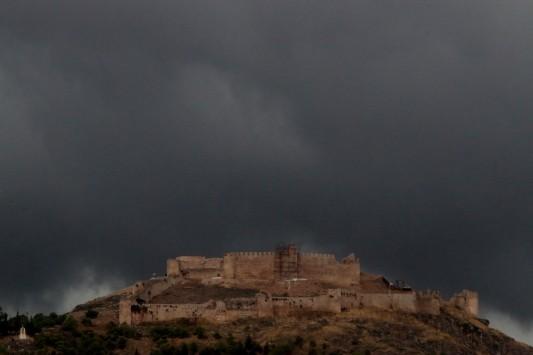 Νεφώσεις και σποραδικές καταιγίδες την Τρίτη